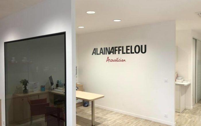 Lettre découpée pour Alain Afflelou réalis&e par Guilloux publicité