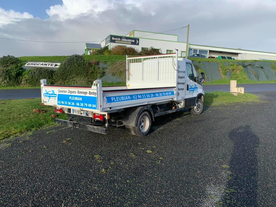 Camion benne avec informations entreprise